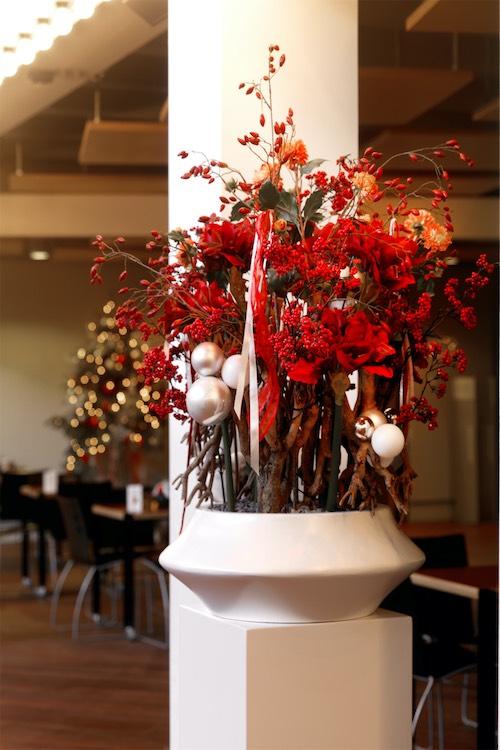 Classic Christmas Weihnachtsgesteck mit Kugeln in weißer Schale auf weißem Sockel für Weihnachtsfeier von BasdeBoer Eventstlying 1 1 - Weihnachtsdeko und Weihnachtsbäume