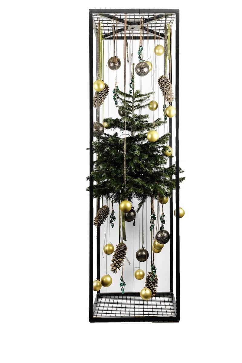 Weihnachtsbaum hängend mit Weihnachtskugeln und Tannenzapfen in Metallrahmen Weihnachtsfeier Eyecatcher Bas de Boer Eventstyling www.basdeboer eventstyling.de .02 1 - Weihnachtsdeko und Weihnachtsbäume