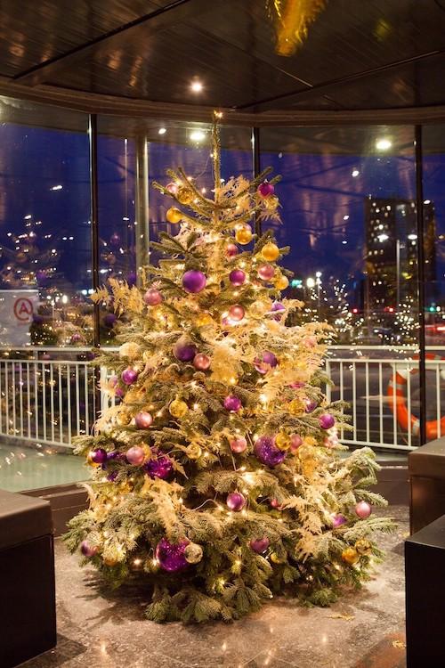 Weihnachtsbaum mit Weihnachtskugeln und Beleuchtung Weihnachtsfeier Weinachtsbäume geschmückt mieten Bas de Boer Eventstyling www.basdeboer eventstyling.de .43 1 - Weihnachtsdeko und Weihnachtsbäume