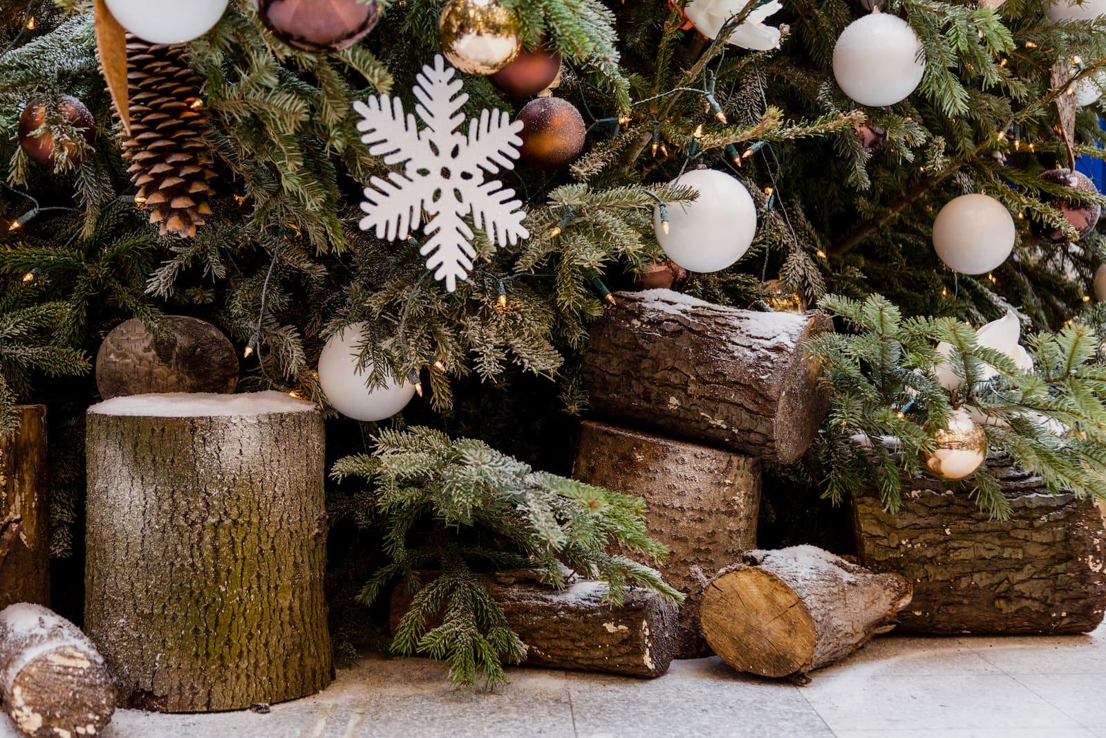 Weihnachtsfeier Konzept Pure Christmas von BasdeBoer Eventstyling geschmückter Tannenbaum mit Holzschieter  - Weihnachtsfeier Eventstyling