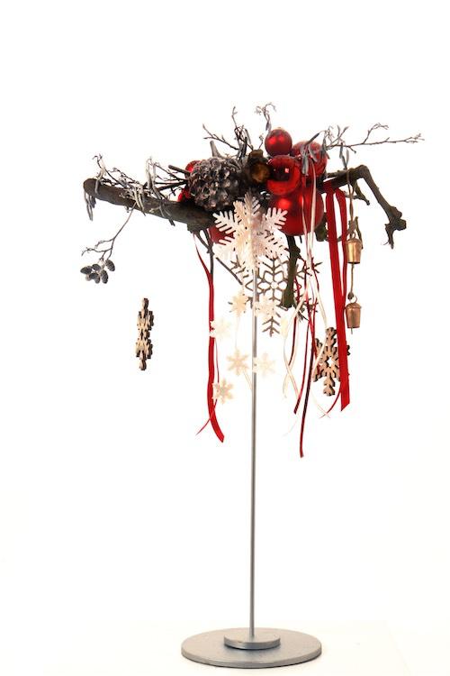 Weihnachtsgesteck auf Tischpin mit Weihnachtskugeln Sternen und Glocken Weihnachtsdekoration für Weihnachtsfeier Hohe Tischdekoration Bas de Boer Eventstyling basdeboer eventstyling 05 - Weihnachtsdeko und Weihnachtsbäume