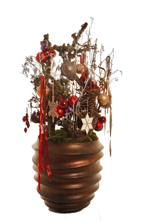 Weihnachtsgesteck mit Weihnachtskugeln an Ästen und Tannenzapfen in bronzefarbiger Vase Weihnachtsdekoration für Weinachtsfeier Eyecatcher Bas de Boer Eventstyling 06 - Weihnachtsdeko und Weihnachtsbäume