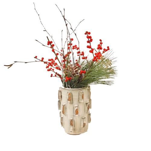Weihnachtsgesteck mit roten Beeren und Tannenzapfen in Keramikvase Weihnachtsdekoration für Weihnachtsfeier Betriebsfeier Tischdekoration Bas de Boer Eventstyling 04 - Weihnachtsdeko und Weihnachtsbäume