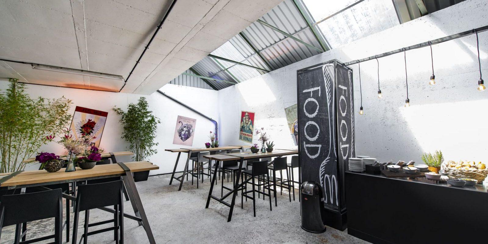 Bas de Boer Eventstyling Parookaville Festival 2019 Artistvillage Backstage Hochtisch Buffetstation Buffetttisch Buffetbeleuchtung Buffetbeschilderung www.basdeboer eventstyling.de 086 1600x800 - Parookaville Festival 2019