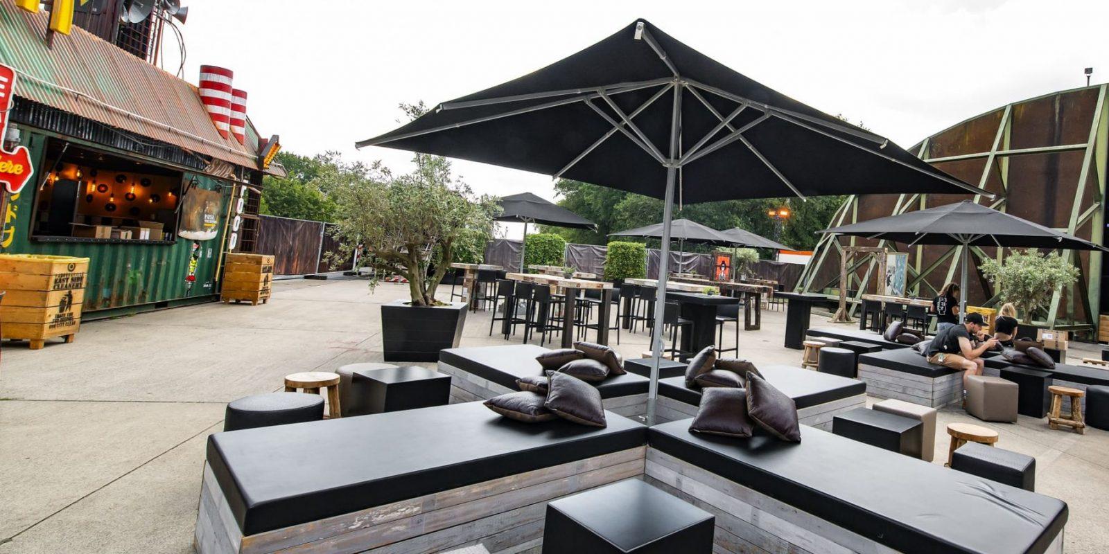 Bas de Boer - Eventstyling Parookaville Festival 2019 : Artistvillage : outdoormöbel : Sonnenschirm : Loungemöbel www.basdeboer-eventstyling.de - 059