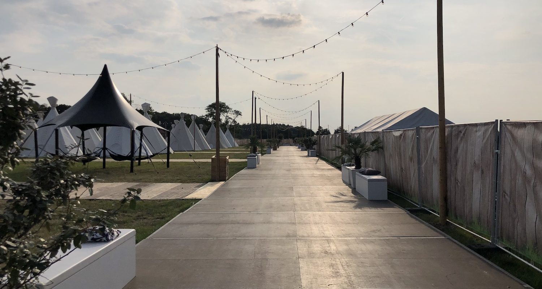 Bas de Boer - Eventstyling Parookaville Festival 2019 : Comfort Camp : comfort Camp : Mietbäume : Pflanzendekoration : Loungemöbel : Outdoormöbel : Mietpalmen : www.basdeboer-eventstyling.de - 07