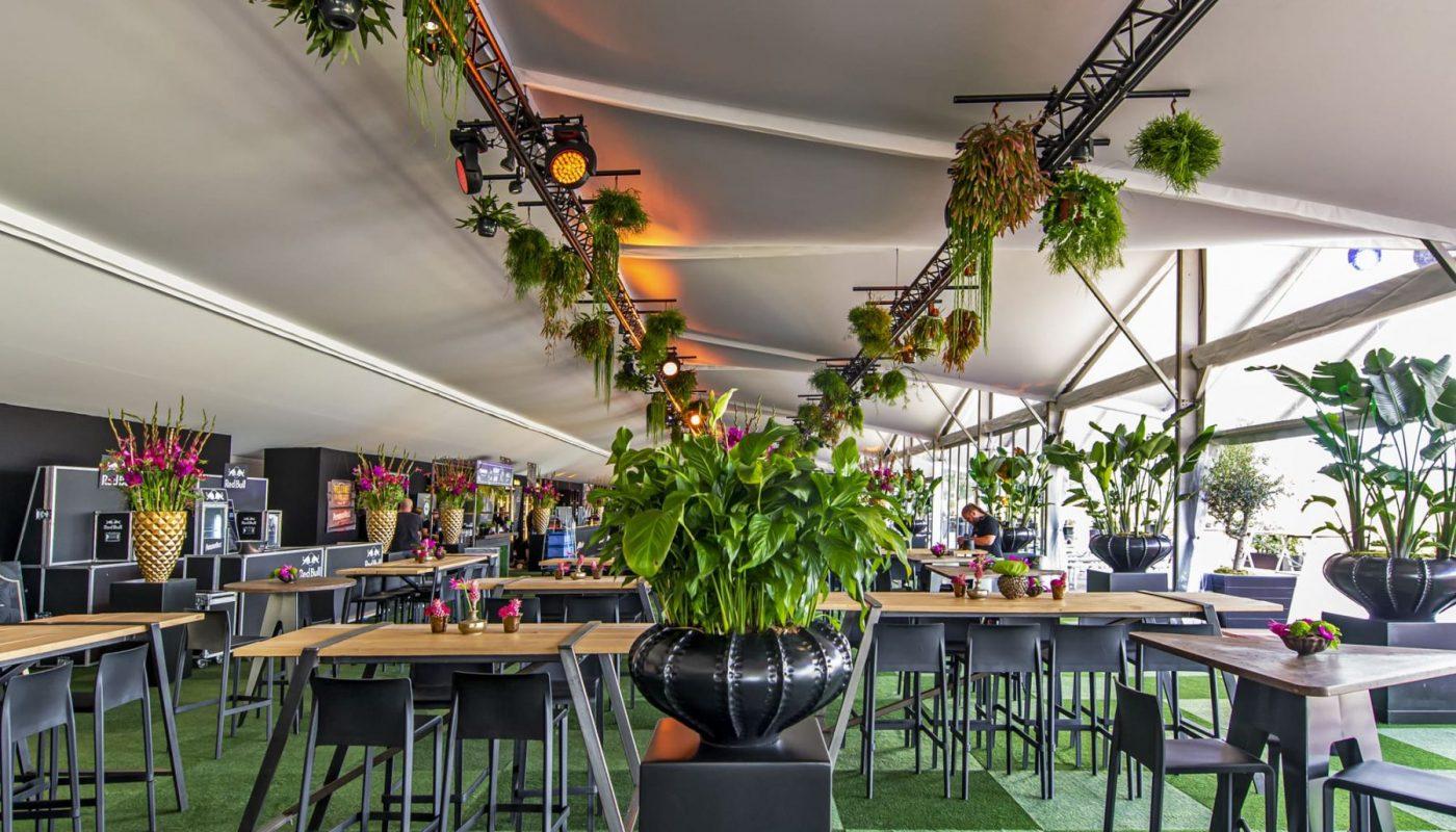 Bas de Boer - Eventstyling Parookaville Festival 2019 : PlatinumClub : Blumendekoration : Mietpflanzen : Botanisch : Grünerteppich www.basdeboer-eventstyling.de - 025