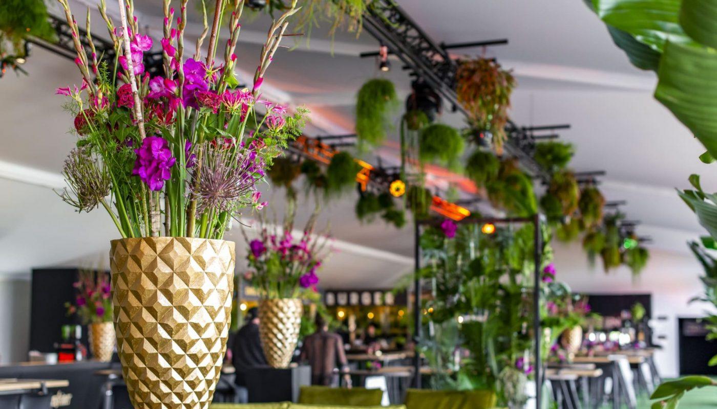 Bas de Boer Eventstyling Parookaville Festival 2019 PlatinumClub Eyecatcher Goldenevase Vasen Blumendekoration www.basdeboer eventstyling.de 033 1400x800 - Parookaville Festival 2019