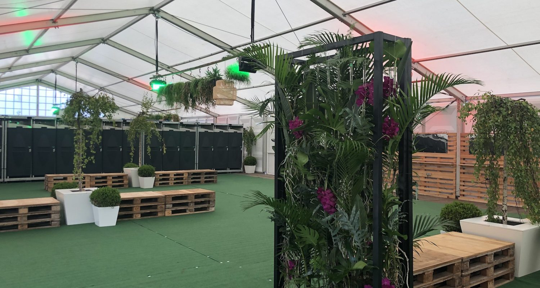 Bas de Boer Eventstyling Parookaville Festival 2019 deluxe Camp DeluxeCamp Mietbäume Pflanzendekoration palettenmöbel Mietpflanzen hängendedekoration Duschzelte 15 1500x800 - Parookaville Festival 2019