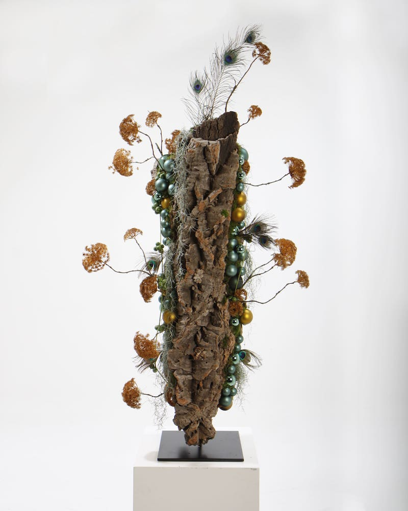 Bas de Boer Eventstyling Weihnachtsdekoration Metropolitan Eyecatcher Weihnachtsgesteck auf pin mit Holz und weihnachtskugeln www.basdeboer eventstyling.de  - Weihnachtsfeier Eventstyling
