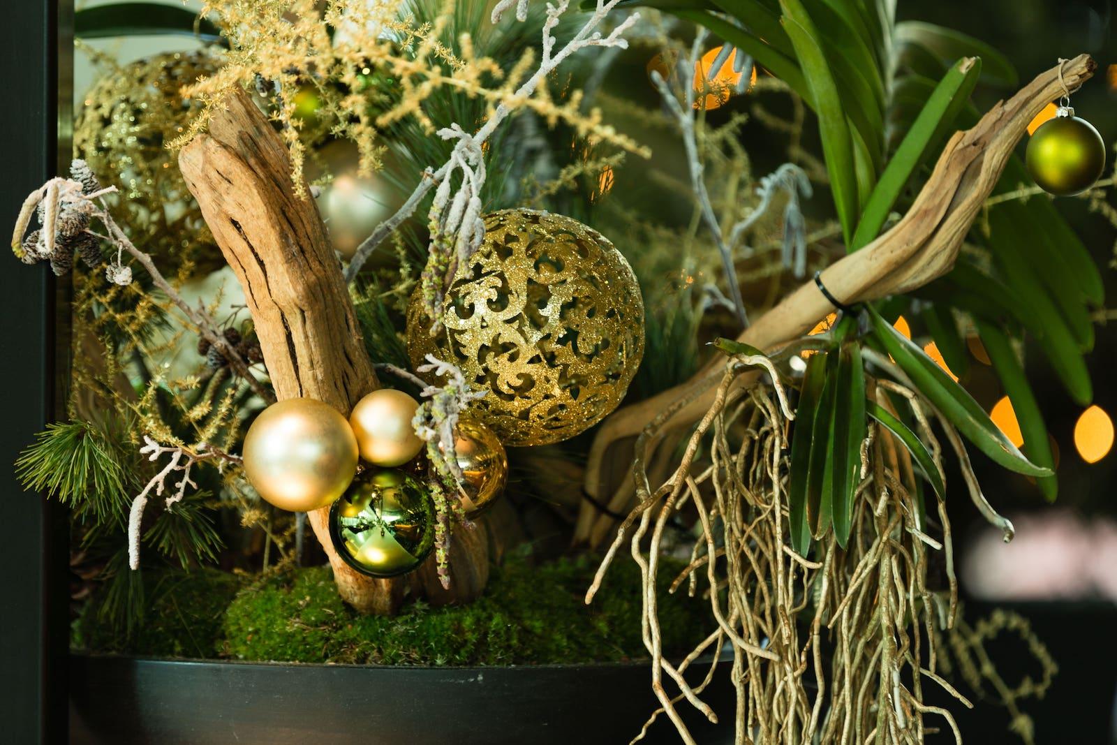 Bas de Boer Eventstyling Weihnachtsdekoration Metropolitan Eyecatcher Weihnachtsgesteck in Schale Grün und goldene Weihnachtskugeln www.basdeboer eventstyling.de 7 - Weihnachtsfeier Eventstyling
