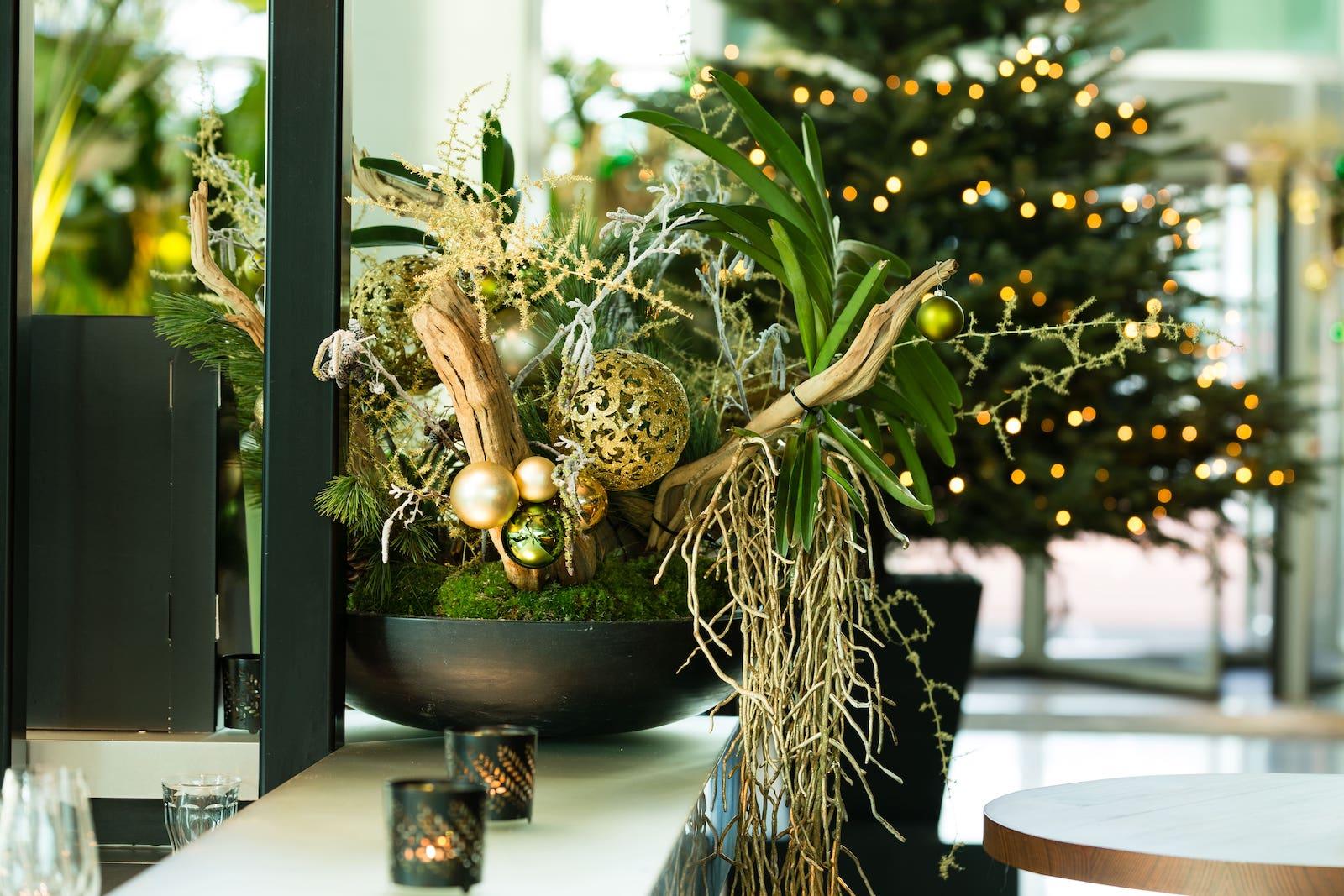 Bas de Boer Eventstyling Weihnachtsdekoration Metropolitan Eyecatcher Weihnachtsgesteck in Schale Schwarz www.basdeboer eventstyling.de 6 - Weihnachtsfeier Eventstyling