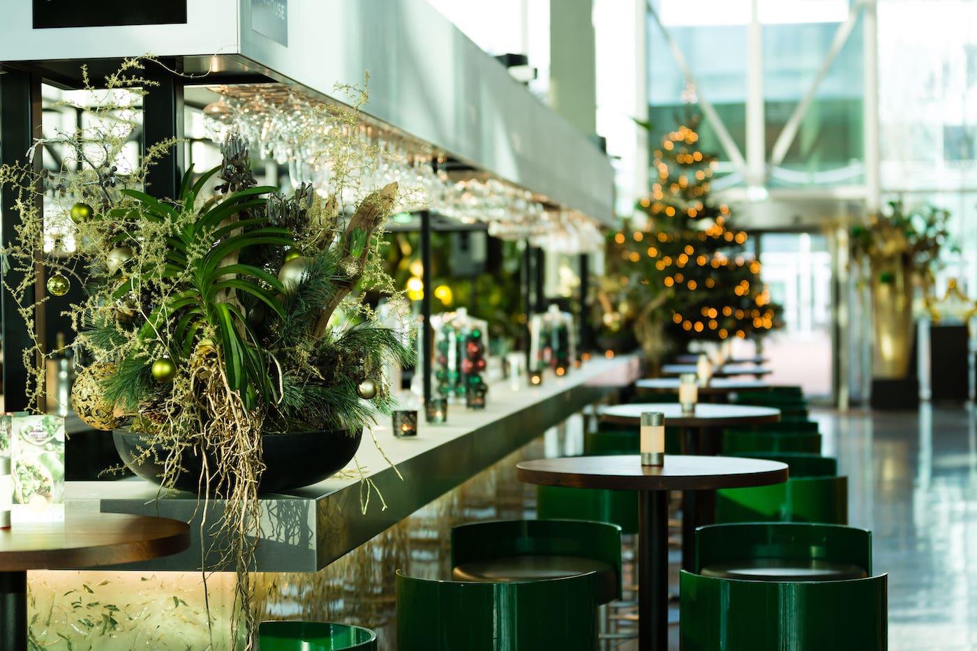 Bas de Boer Eventstyling Weihnachtsdekoration Metropolitan Raumdekoration Weihnachtsgesteck und Weihnachtsbaum mit grüne und goldene Weihnachtskugeln www.basdeboer eventstyling.de 8 - Weihnachtsfeier Eventstyling