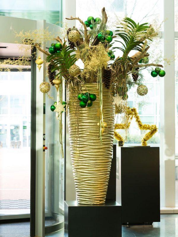 Bas de Boer Eventstyling Weihnachtsdekoration Metropolitan Weihnachsgesteck in großer Vase Gold Weihnachtsdekoration Eyecatcher www.basdeboer eventstyling.de  600x800 - Weihnachtsfeier Eventstyling