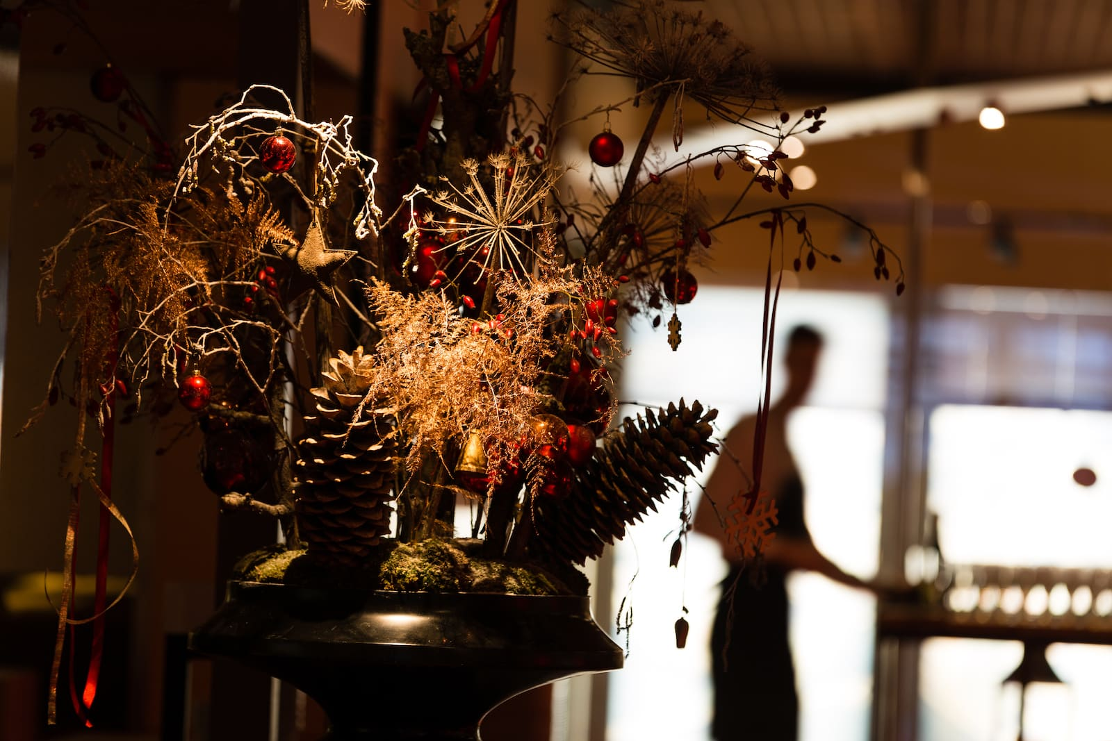 Bas de Boer Eventstyling Weihnachtsdekoration Traditional Eyecatcher Weihnachtsgesteck in Schale weihnachtsfeier www.basdeboer eventstyling.de .jpg - Weihnachtsfeier Eventstyling