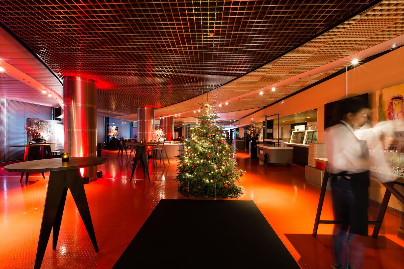 Bas de Boer Eventstyling Weihnachtsdekoration Traditional Weihnachtsbaum Rote Kugeln weihnachtsfeier www.basdeboer eventstyling.de  - Weihnachtsfeier Eventstyling