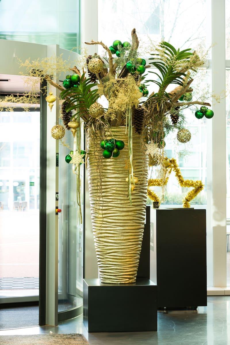 Bas de Boer Eventstyling Weihnachtsdekoration für Geschäfte Lobbys Ladenlokale Metropolitan Weihnachsgesteck in großer Vase Gold Weihnachtsdekoration Eyecatcher  - Weihnachtsfeier Eventstyling