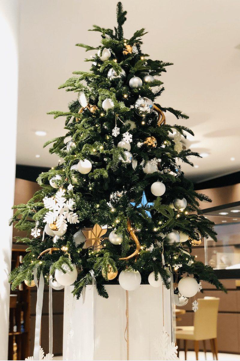 Bas de Boer Eventstyling Weihnachtsdekoration für Geschäfte und Ladenlokale Weihnachtsbaum auf Sockel mit Beleuchtung  - Weihnachtsfeier Eventstyling