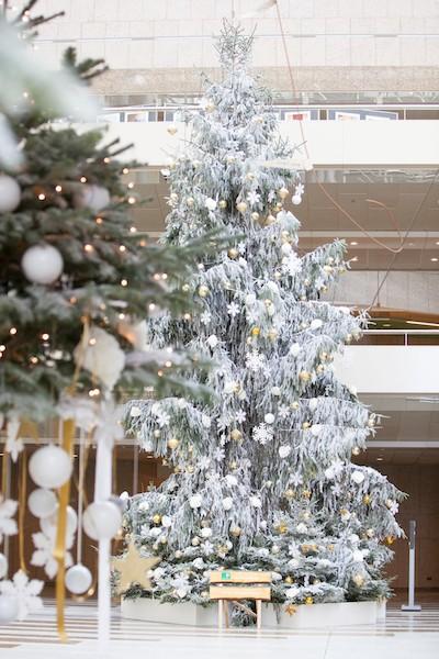 Weihnachtsbaum mieten mit Kunstschnee weissen Kugeln und Sterne Weihnachtsfeier geschmückte Weihnachtsbäume für Hotelempfang Schaufensterdekoration Bas de Boer Eventstyling  - Weihnachtsdeko LOOKBOOK