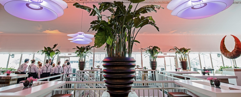Bas de Boer - Eventstyling - Veranstaltungs-Ausstaattung VIP-Bereich, Hospitality Parookaville Festival - Eventmöbel, Dekoration, Pflanzen