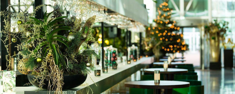 Bas de Boer - Eventstyling : Weihnachten - Weihnachtsdekoration : Metropolitan : Weihnachtsgesteck und Weihnachtsbaum mit grüne und goldene Weihnachtskugeln :www.basdeboer-eventstyling.de